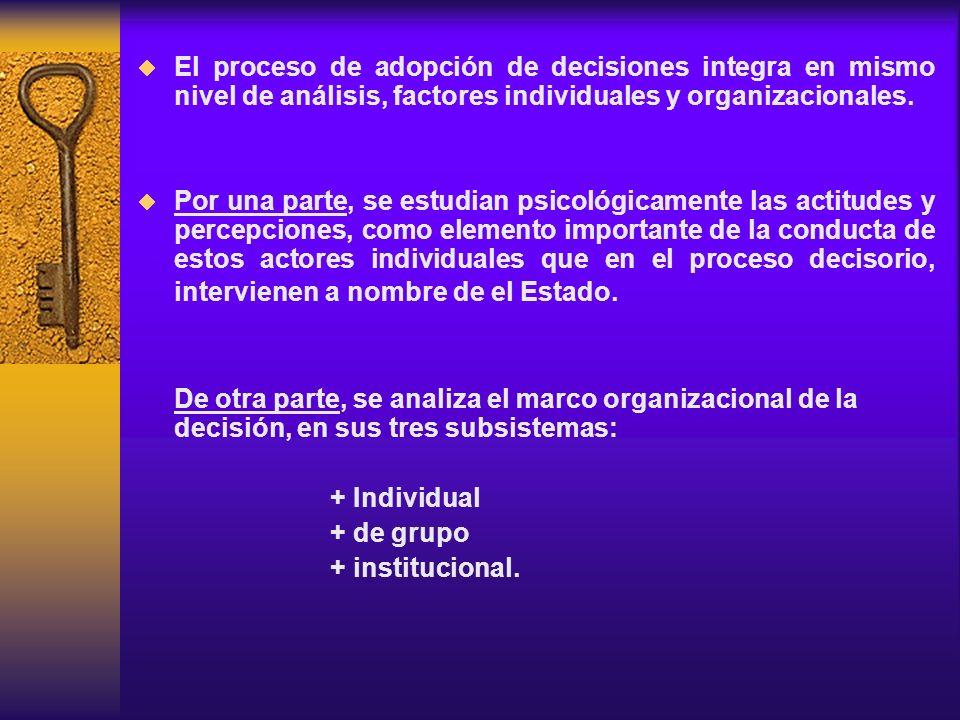 El proceso de adopción de decisiones integra en mismo nivel de análisis, factores individuales y organizacionales. Por una parte, se estudian psicológ