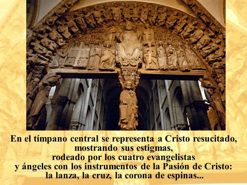 En el tímpano central se representa a Cristo resucitado, mostrando sus estigmas, rodeado por los cuatro evangelistas y ángeles con los instrumentos de