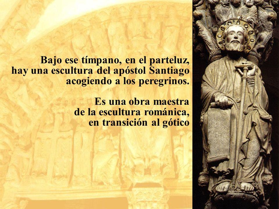 Bajo ese tímpano, en el parteluz, hay una escultura del apóstol Santiago acogiendo a los peregrinos. Es una obra maestra de la escultura románica, en