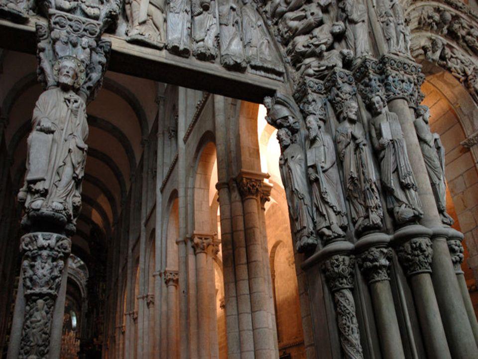 Bajo ese tímpano, en el parteluz, hay una escultura del apóstol Santiago acogiendo a los peregrinos.
