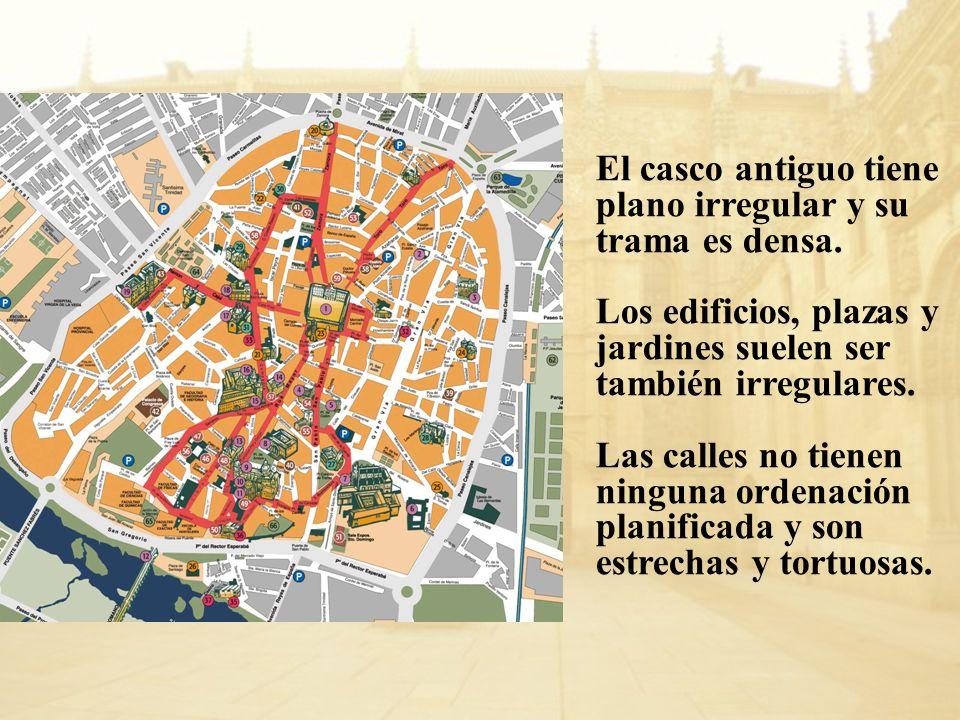 El casco antiguo tiene plano irregular y su trama es densa. Los edificios, plazas y jardines suelen ser también irregulares. Las calles no tienen ning
