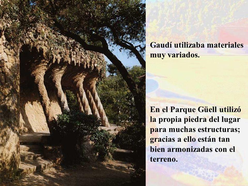 Gaudí utilizaba materiales muy variados. En el Parque Güell utilizó la propia piedra del lugar para muchas estructuras; gracias a ello están tan bien