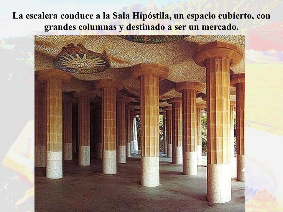 La escalera conduce a la Sala Hipóstila, un espacio cubierto, con grandes columnas y destinado a ser un mercado.