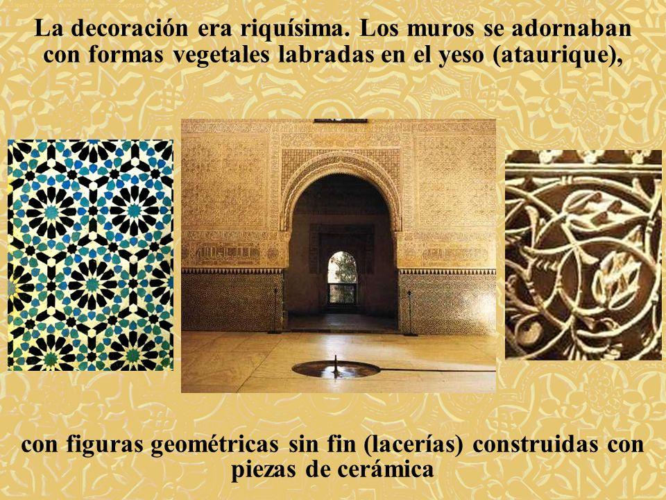 La decoración era riquísima. Los muros se adornaban con formas vegetales labradas en el yeso (ataurique), con figuras geométricas sin fin (lacerías) c