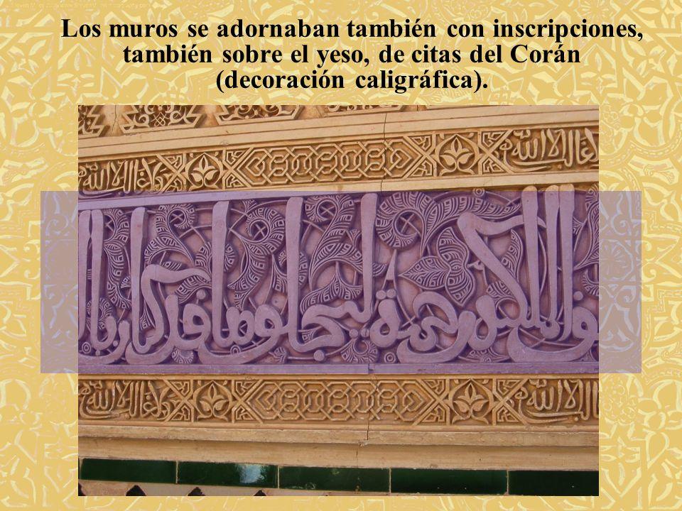 Los muros se adornaban también con inscripciones, también sobre el yeso, de citas del Corán (decoración caligráfica).
