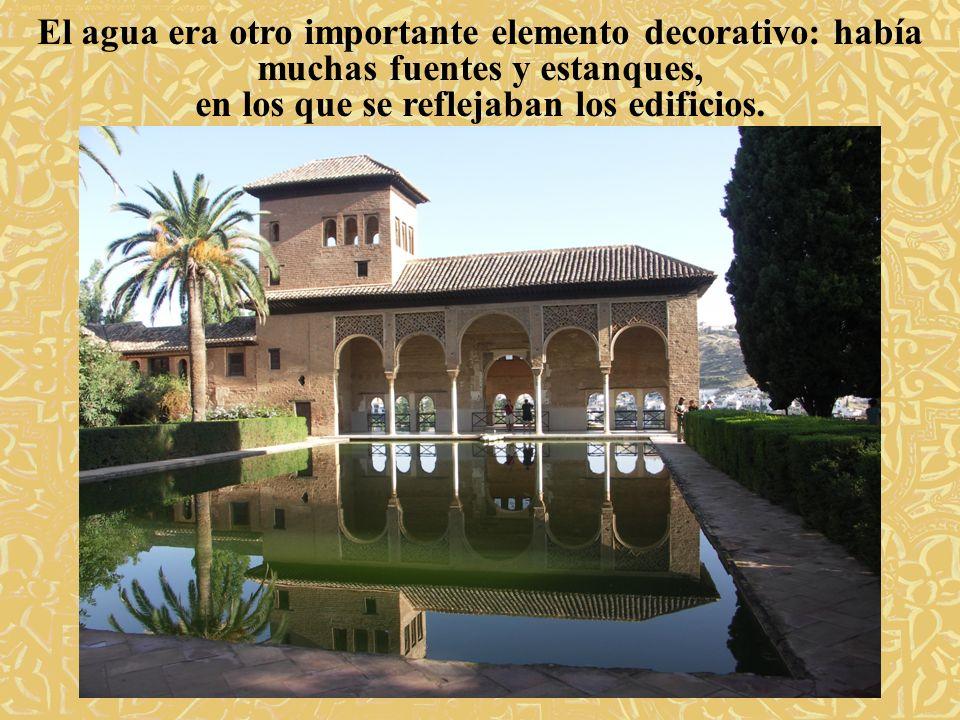 El agua era otro importante elemento decorativo: había muchas fuentes y estanques, en los que se reflejaban los edificios.