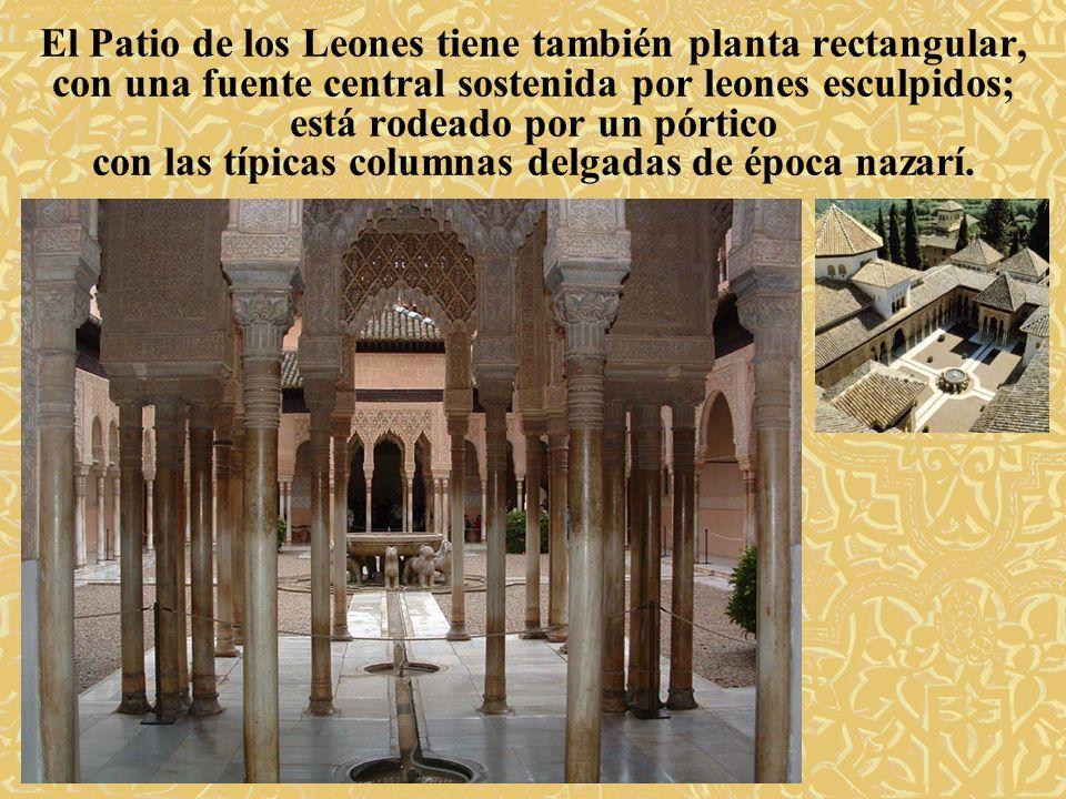 El Patio de los Leones tiene también planta rectangular, con una fuente central sostenida por leones esculpidos; está rodeado por un pórtico con las t