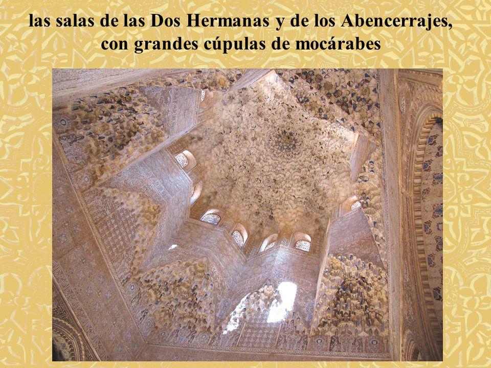 las salas de las Dos Hermanas y de los Abencerrajes, con grandes cúpulas de mocárabes