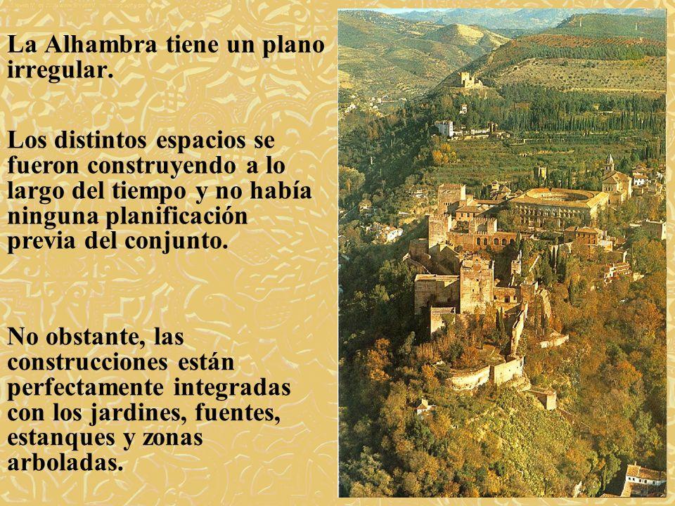 La Alhambra tiene un plano irregular. Los distintos espacios se fueron construyendo a lo largo del tiempo y no había ninguna planificación previa del