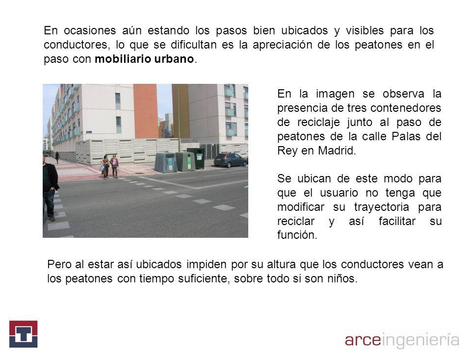 En la imagen se observa la presencia de tres contenedores de reciclaje junto al paso de peatones de la calle Palas del Rey en Madrid. Se ubican de est