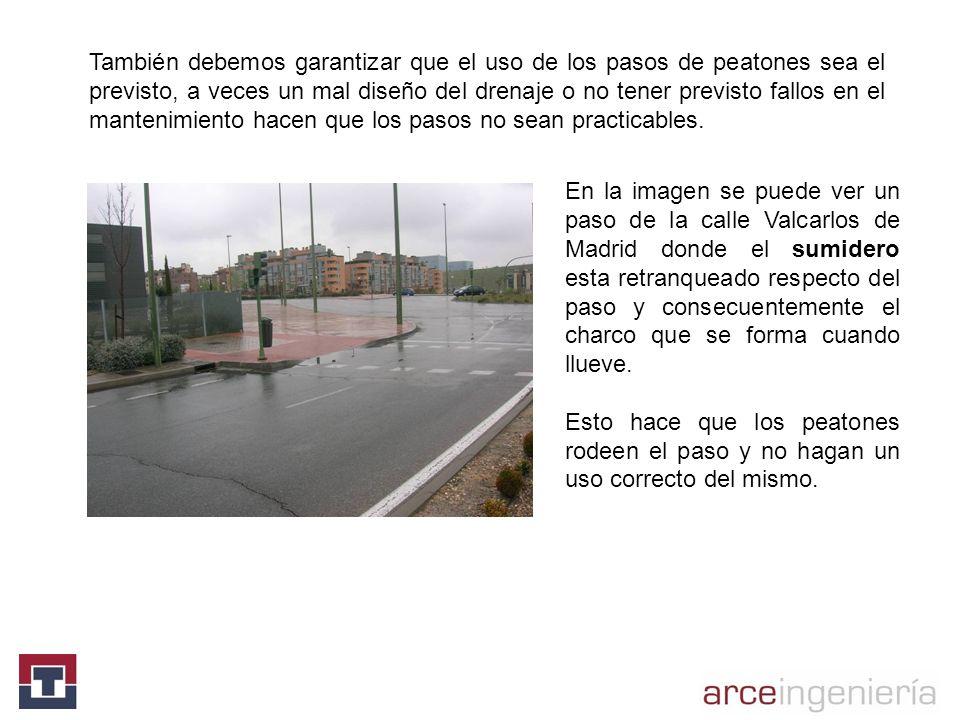 En la imagen se puede ver un paso de la calle Valcarlos de Madrid donde el sumidero esta retranqueado respecto del paso y consecuentemente el charco q