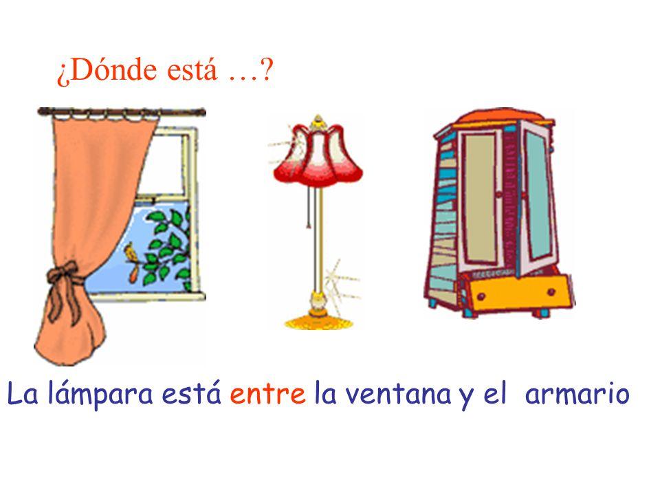 ¿Dónde está …? La lámpara está entre la ventana y el armario
