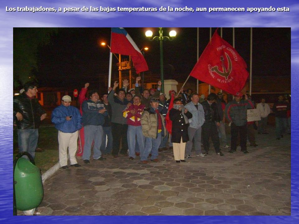 Los trabajadores, a pesar de las bajas temperaturas de la noche, aun permanecen apoyando esta