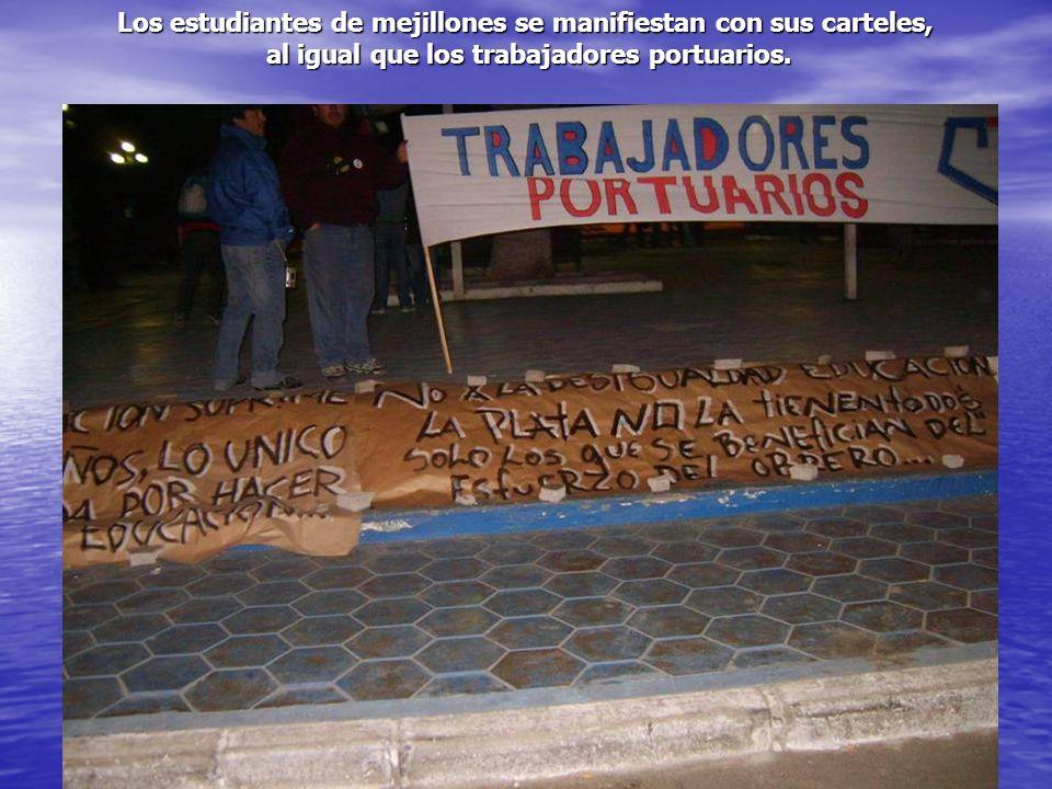 Los estudiantes de mejillones se manifiestan con sus carteles, al igual que los trabajadores portuarios. al igual que los trabajadores portuarios.