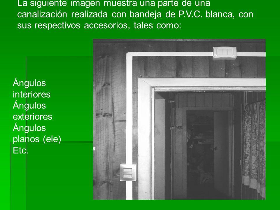 La siguiente imagen muestra una parte de una canalización realizada con bandeja de P.V.C. blanca, con sus respectivos accesorios, tales como: Ángulos