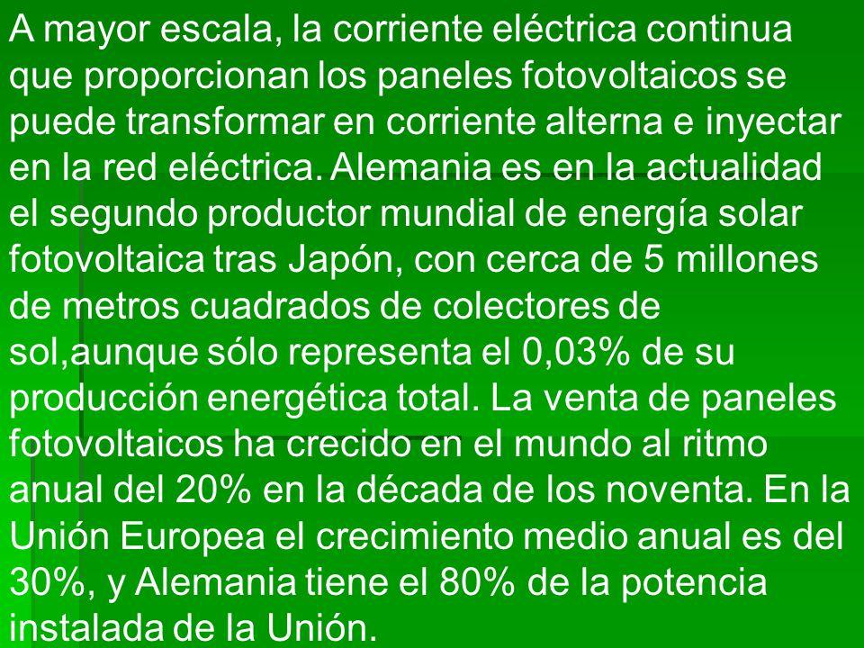 A mayor escala, la corriente eléctrica continua que proporcionan los paneles fotovoltaicos se puede transformar en corriente alterna e inyectar en la