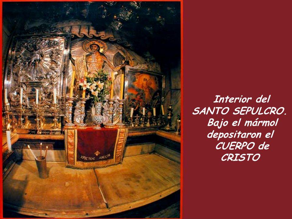 Interior del SANTO SEPULCRO. Bajo el mármol depositaron el CUERPO de CRISTO