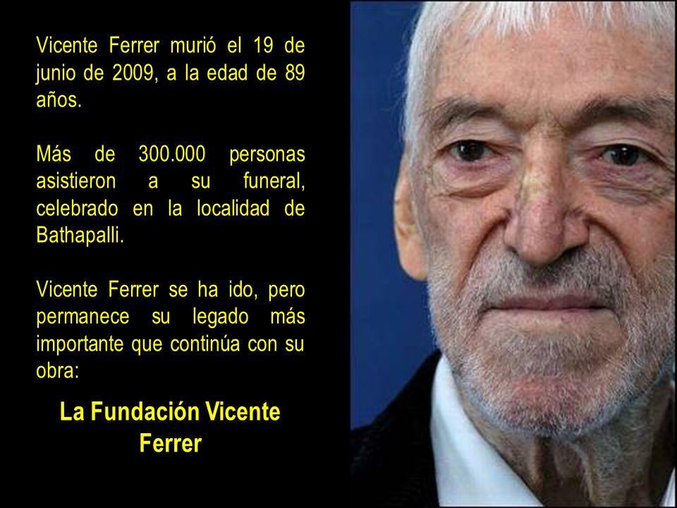 * Premio Príncipe de Asturias de la Concordia, en 1998. * Español Universal, en 1998. * Miembro de la Comisión de Erradicación de la Pobreza, del Gobi