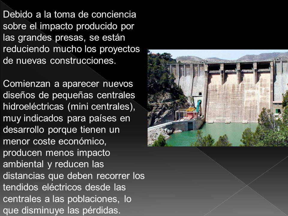 1)MINIMO MANTENIMIENTO 2)COSTE DE EXPLOTACIÓN BAJO 3) REGULACIÓN DEL CAUDAL DE LOS RÍOS, lo que facilita el control de las inundaciones, el suministro de agua a industrias, ciudades y cultivos agrícolas 4)Uso deportivo y recreativo de los embalses creados