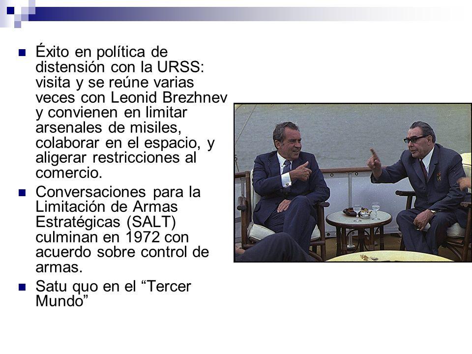 Éxito en política de distensión con la URSS: visita y se reúne varias veces con Leonid Brezhnev y convienen en limitar arsenales de misiles, colaborar