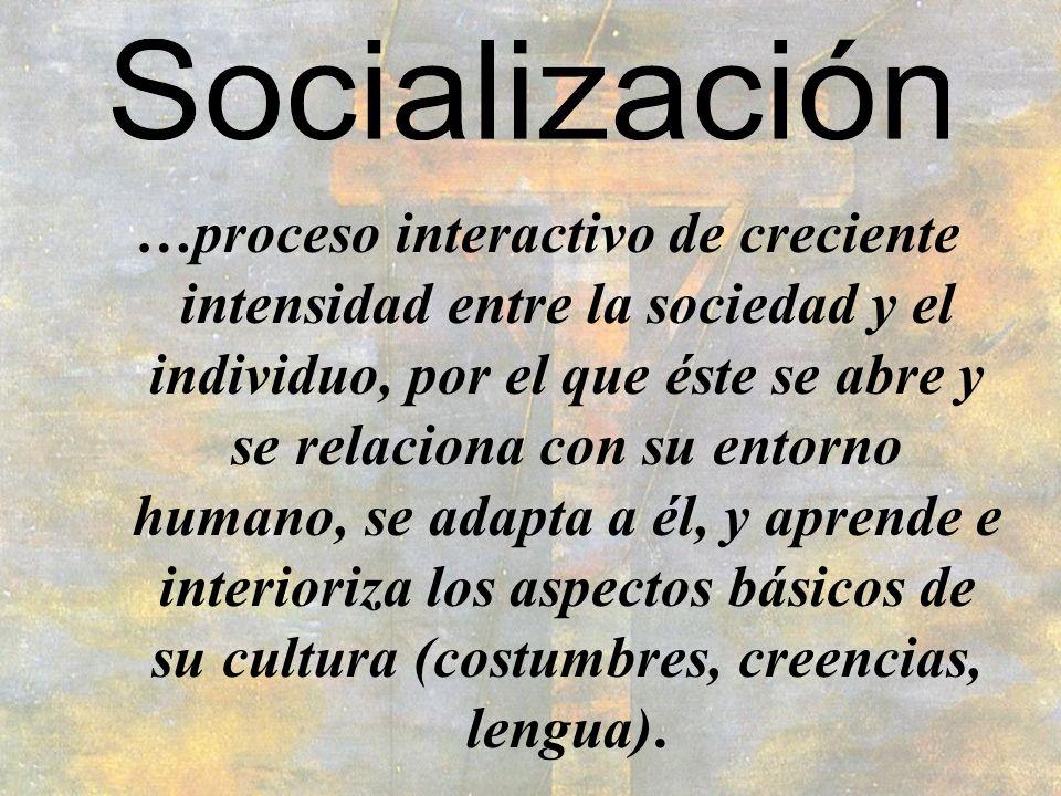 …proceso interactivo de creciente intensidad entre la sociedad y el individuo, por el que éste se abre y se relaciona con su entorno humano, se adapta