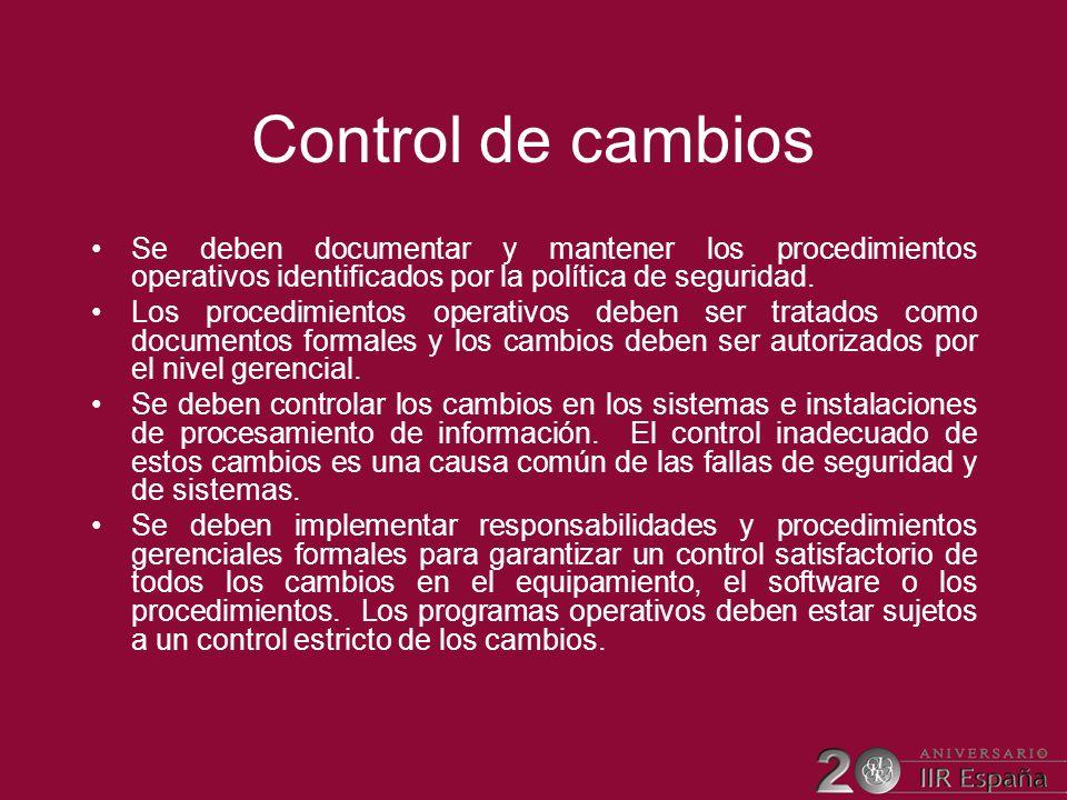 Control de cambios Se deben documentar y mantener los procedimientos operativos identificados por la política de seguridad. Los procedimientos operati