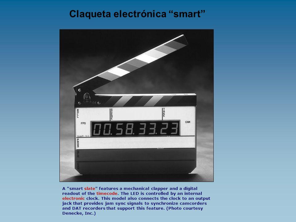 CLAQUETA (versión mecánica) Es una pizarra, con un listón en la parte superior que es cerrada fuertemente al comienzo de cada toma por el asistente de dirección gritando los siguientes datos que se anotan en ella.