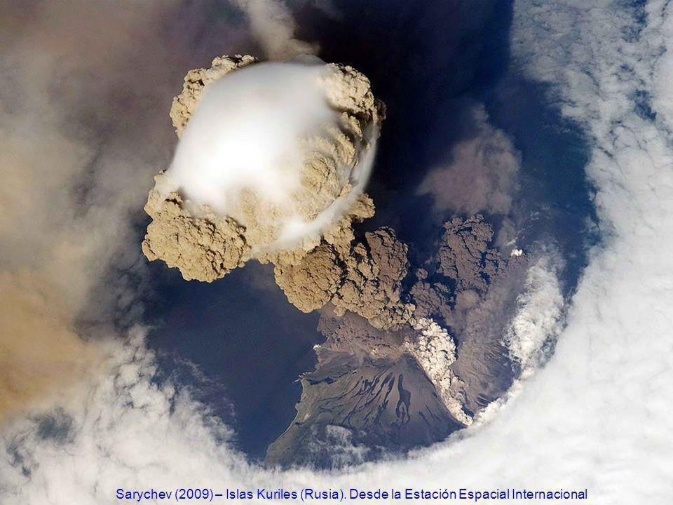 http://www.ecuadorciencia.org/images/volcanes/volcan-Sarychev2.jpg Sarychev (2009) – Islas Kuriles (Rusia). Desde la Estación Espacial Internacional