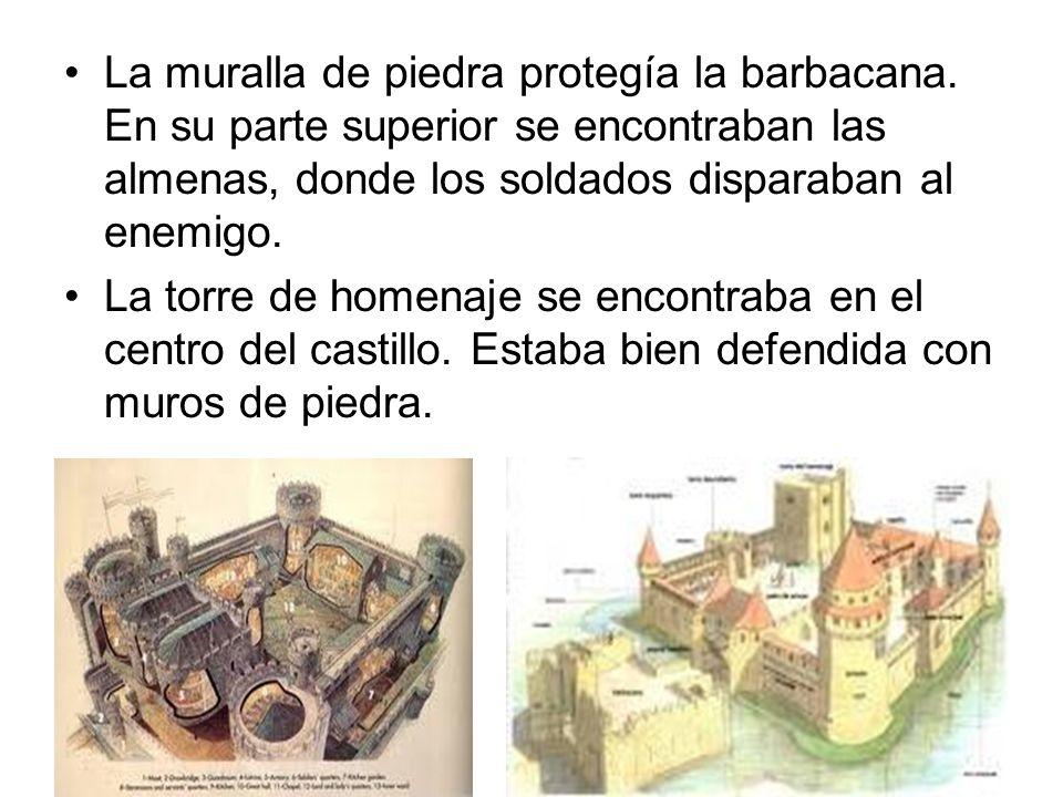 La muralla de piedra protegía la barbacana. En su parte superior se encontraban las almenas, donde los soldados disparaban al enemigo. La torre de hom