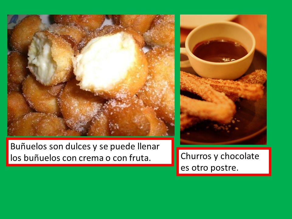 Buñuelos son dulces y se puede llenar los buñuelos con crema o con fruta. Churros y chocolate es otro postre.