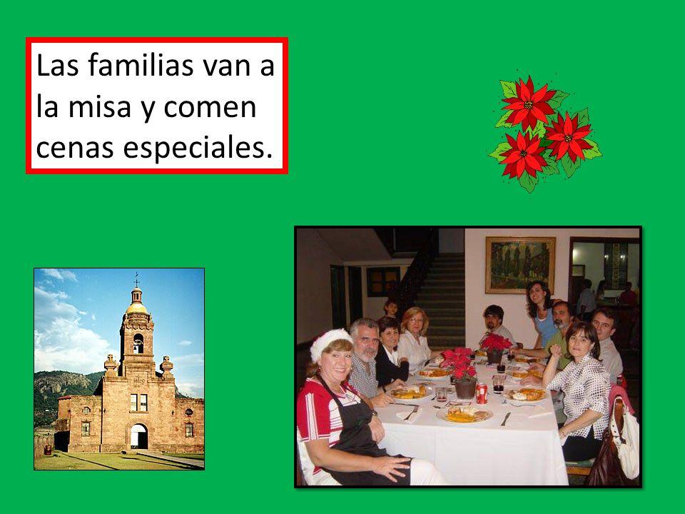Las familias van a la misa y comen cenas especiales.