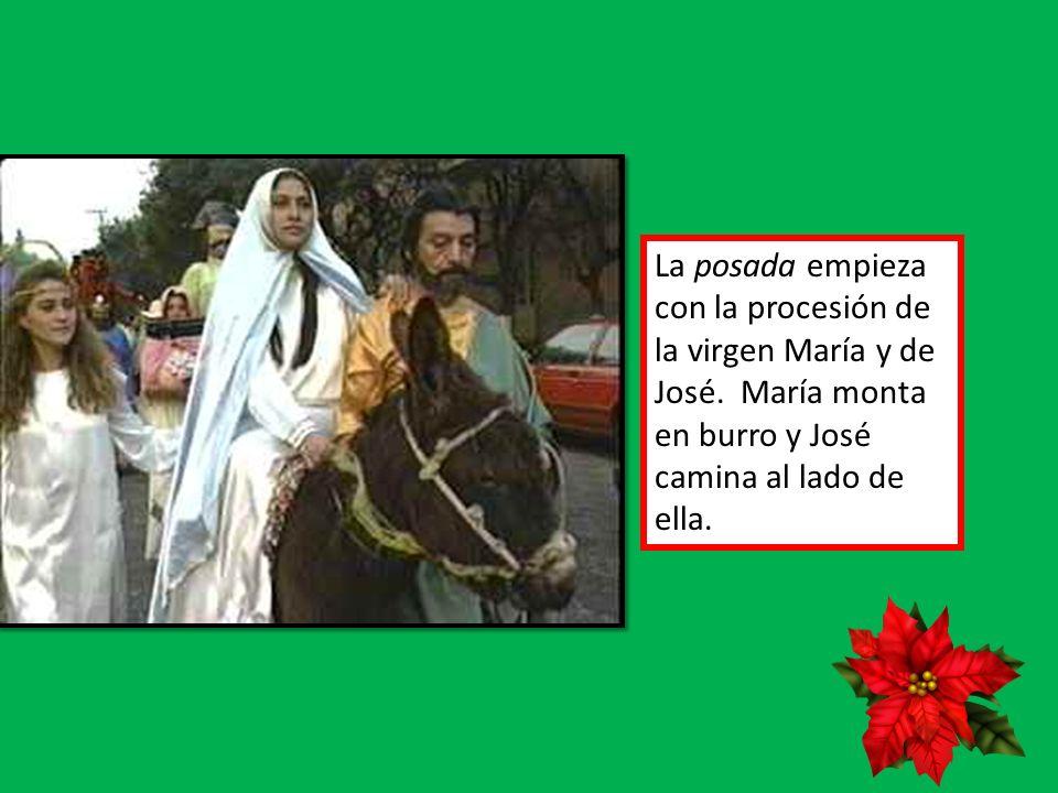La posada empieza con la procesión de la virgen María y de José. María monta en burro y José camina al lado de ella.