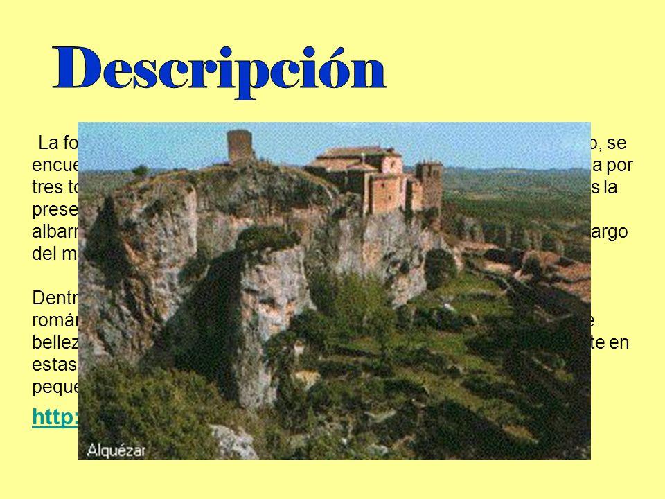 La fortaleza se asienta en un montículo natural. Rodeando el recinto, se encuentra una muralla que no lo acota totalmente y que está formada por tres