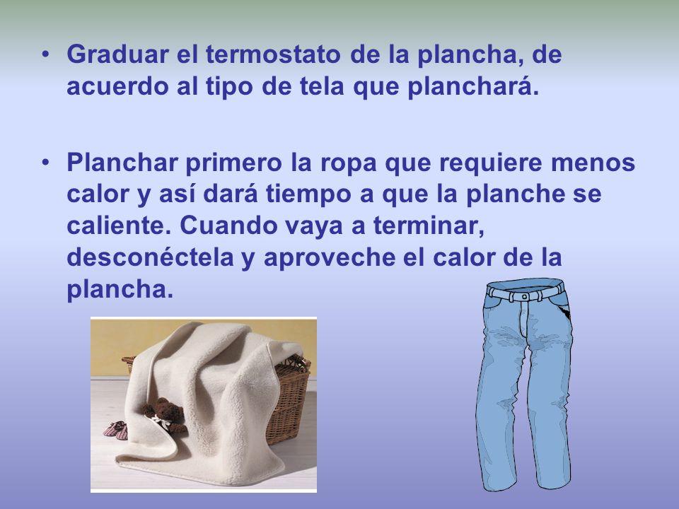 Graduar el termostato de la plancha, de acuerdo al tipo de tela que planchará. Planchar primero la ropa que requiere menos calor y así dará tiempo a q