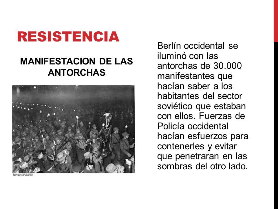 RESISTENCIA MANIFESTACION DE LAS ANTORCHAS Berlín occidental se iluminó con las antorchas de 30.000 manifestantes que hacían saber a los habitantes de