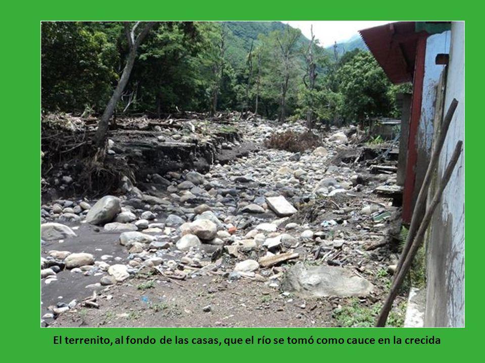 El terrenito, al fondo de las casas, que el río se tomó como cauce en la crecida