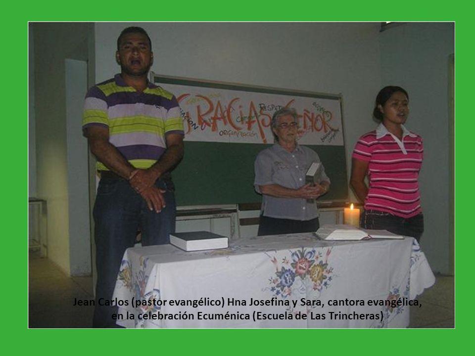 Jean Carlos (pastor evangélico) Hna Josefina y Sara, cantora evangélica, en la celebración Ecuménica (Escuela de Las Trincheras)