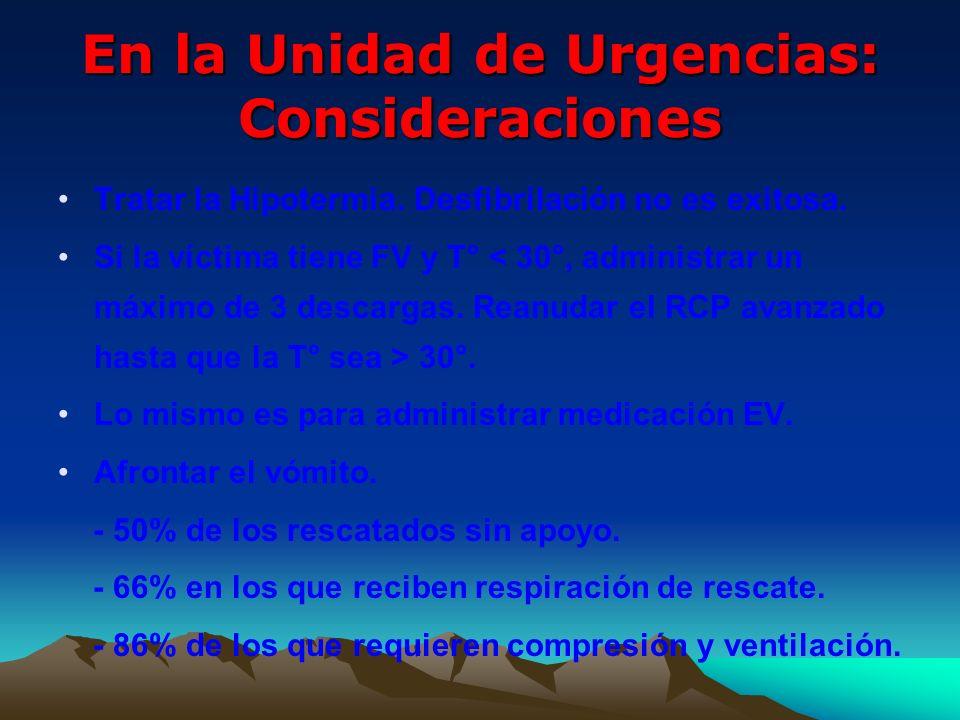 En la Unidad de Urgencias: Consideraciones Tratar la Hipotermia. Desfibrilación no es exitosa. Si la víctima tiene FV y T° 30°. Lo mismo es para admin