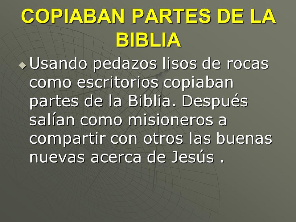 COPIABAN PARTES DE LA BIBLIA Usando pedazos lisos de rocas como escritorios copiaban partes de la Biblia. Después salían como misioneros a compartir c
