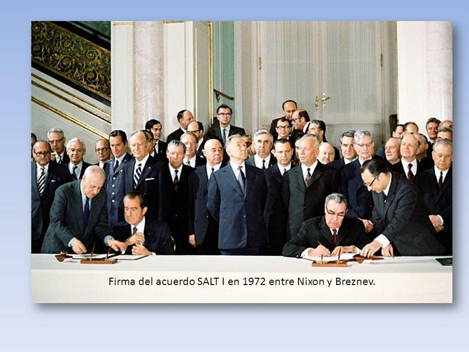 Firma del acuerdo SALT I en 1972 entre Nixon y Breznev.