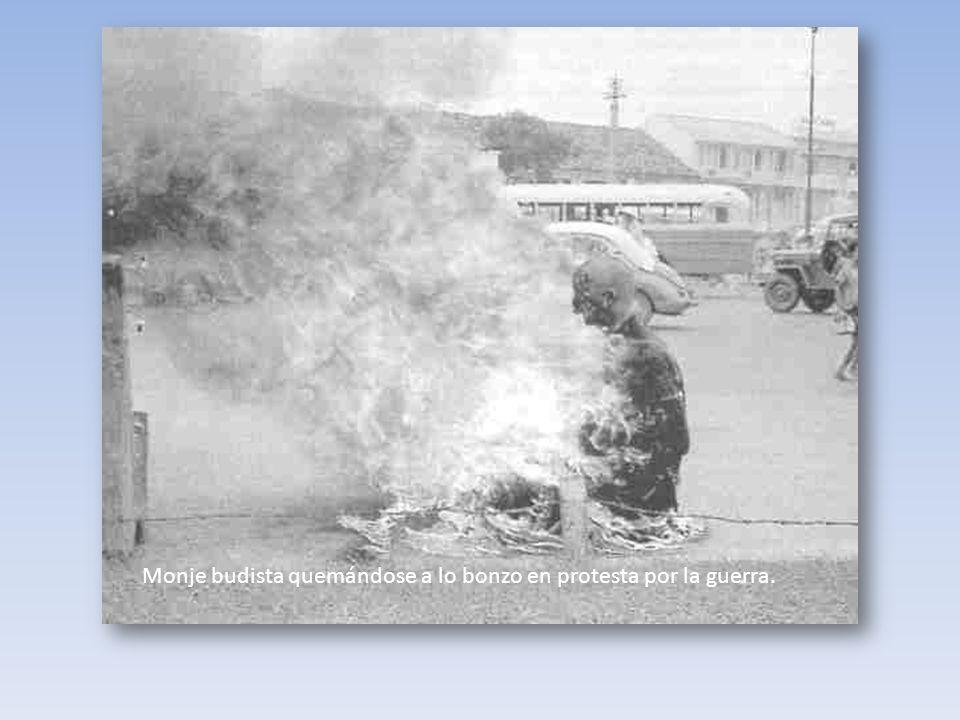 Monje budista quemándose a lo bonzo en protesta por la guerra.