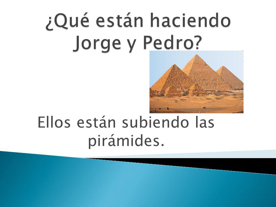 Ellos están subiendo las pirámides.