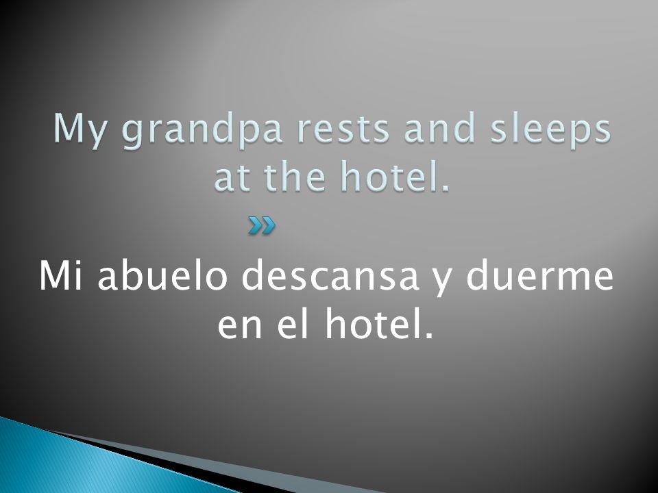 Mi abuelo descansa y duerme en el hotel.