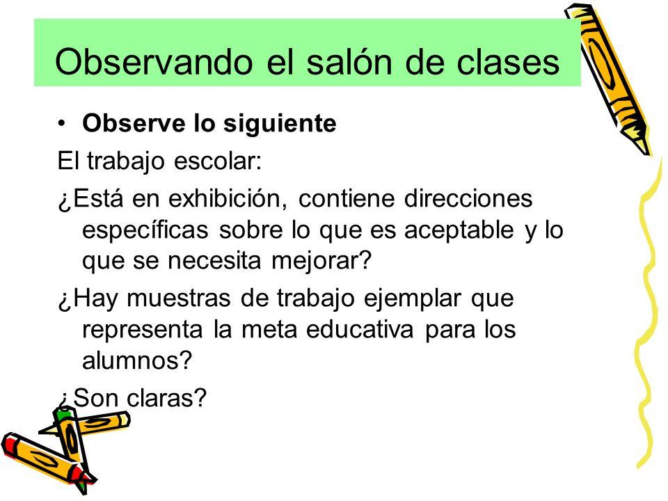 Observando el salón de clases Observe lo siguiente El trabajo escolar: ¿Está en exhibición, contiene direcciones específicas sobre lo que es aceptable y lo que se necesita mejorar.
