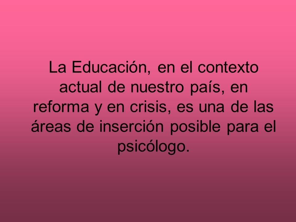 La docencia que realizan los profesionales de la psicología educativa está orientada a difundir su conocimiento entre los demás profesionales de la educación, los grupos sociales implicados en esta, los propios psicólogos y estudiantes de psicología y otros colectivos profesionales.
