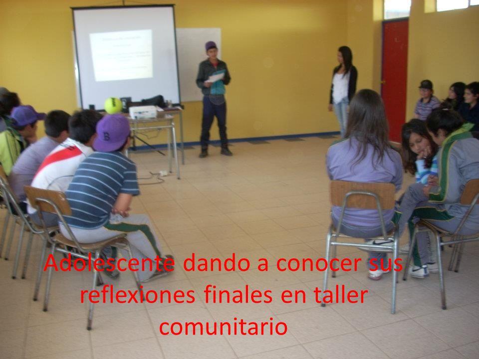 Adolescente dando a conocer sus reflexiones finales en taller comunitario