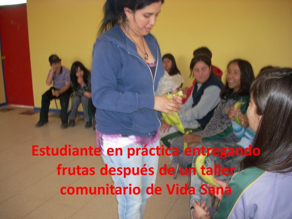 Estudiante en práctica entregando frutas después de un taller comunitario de Vida Sana