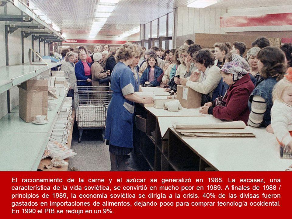 El racionamiento de la carne y el azúcar se generalizó en 1988. La escasez, una característica de la vida soviética, se convirtió en mucho peor en 198