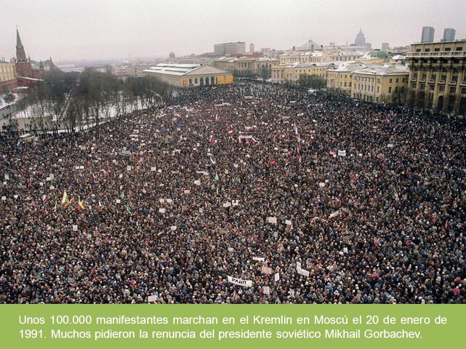 Unos 100.000 manifestantes marchan en el Kremlin en Moscú el 20 de enero de 1991. Muchos pidieron la renuncia del presidente soviético Mikhail Gorbach