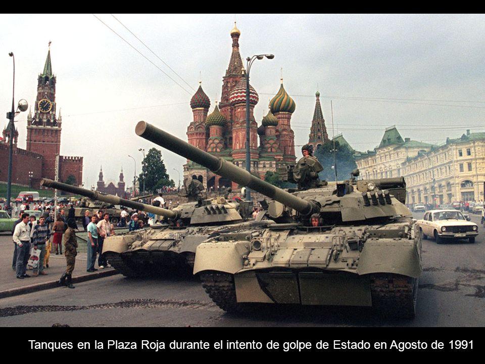Tanques en la Plaza Roja durante el intento de golpe de Estado en Agosto de 1991